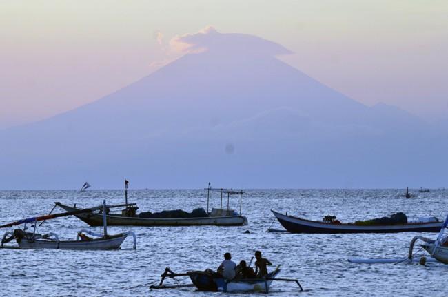 LAMPUNG POST | Gempa Tektonik di Gunung Agung Terus Meningkat