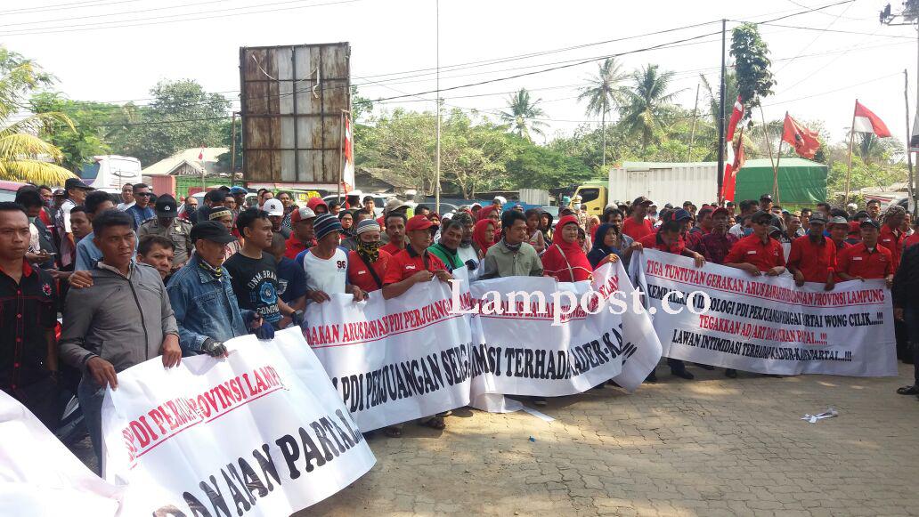 LAMPUNG POST | Gerakan Arus Bawah Gelar Aksi di DPD PDI Perjuangan Lampung