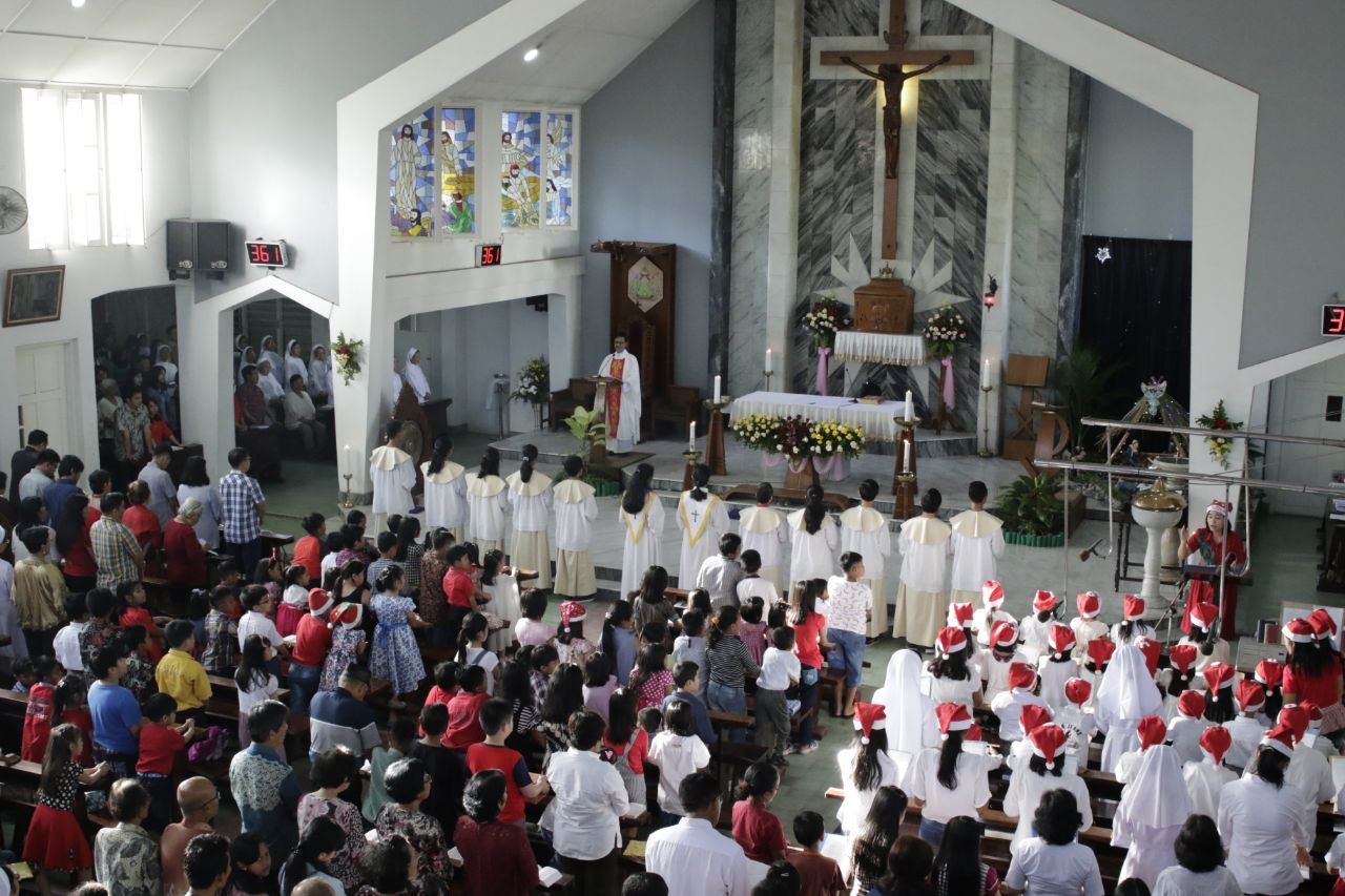 LAMPUNG POST | Seribuan Umat Kristiani Misa Natal di Gereja Katedral Kristus Raja
