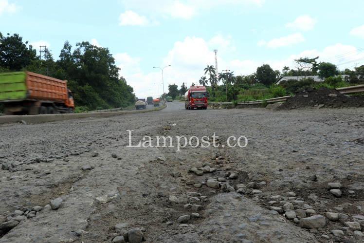 Jalan Bypass Ruas Rajabasa-Panjang Kian Rusak