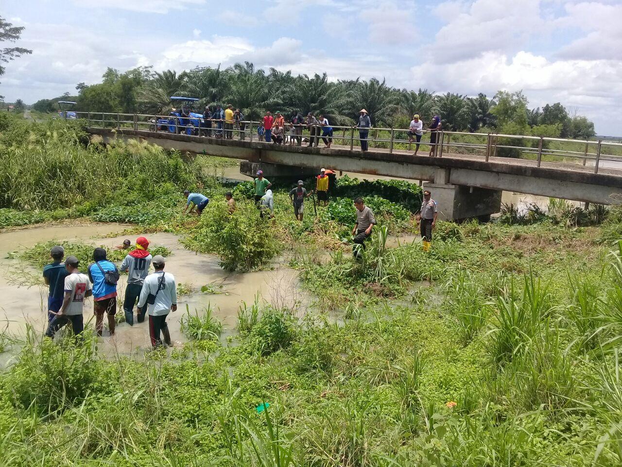 Antisipasi Banjir, Polsek Palas Bersama Warga Bersihkan DAS Desa Pulaujaya