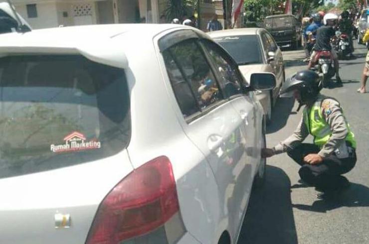 LAMPUNG POST | Biar Kapok! Polresta Gencar Gembosi Ban Mobil yang Parkir Sembarangan