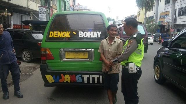 LAMPUNG POST   Berstiker Vulgar, Sopir Angkot Pahoman 'Disemprot' Polisi