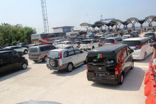 LAMPUNG POST | Ribuan Kendaraan Mulai Melintasi Tol Cipali