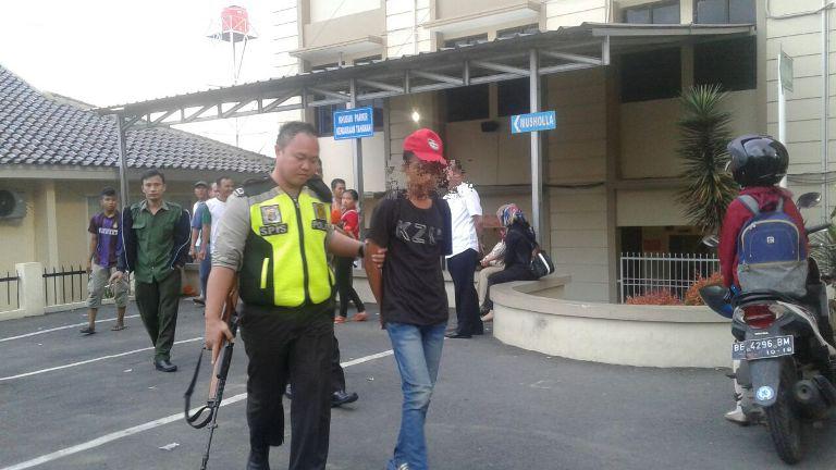 Terekam Kamera Pengintai Hendak Mecuri, Remaja Ini Jadi Bulan-bulanan di PN Tanjungkarng