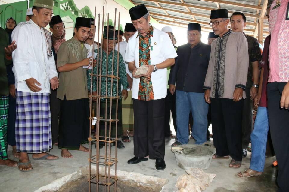 LAMPUNG POST   Bupati Sujadi Letakan Batu Pertama Pembangunan Masjid
