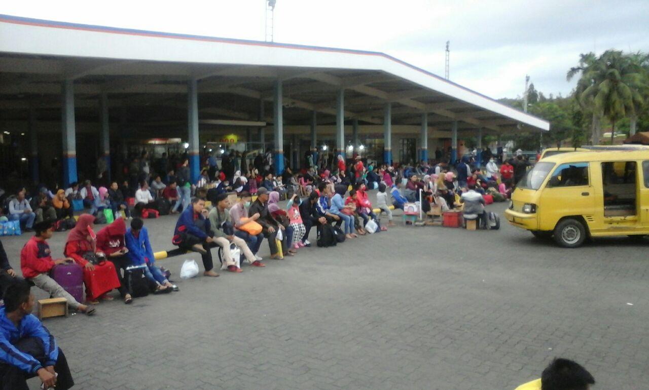 Minim Angkutan, Ratusan Penumpang Telantar di Pelabuhan Bakauheni