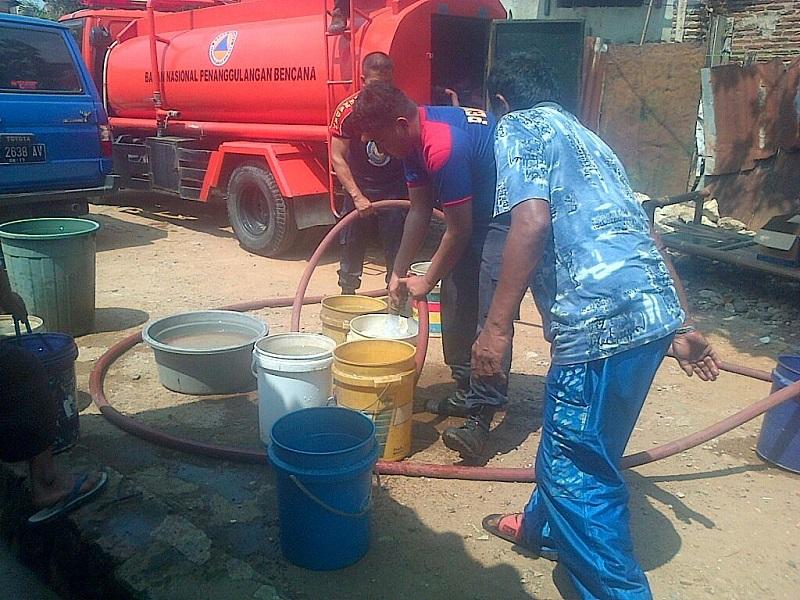 LAMPUNG POST | BPBD Bagikan Air Bersih Kepada Warga