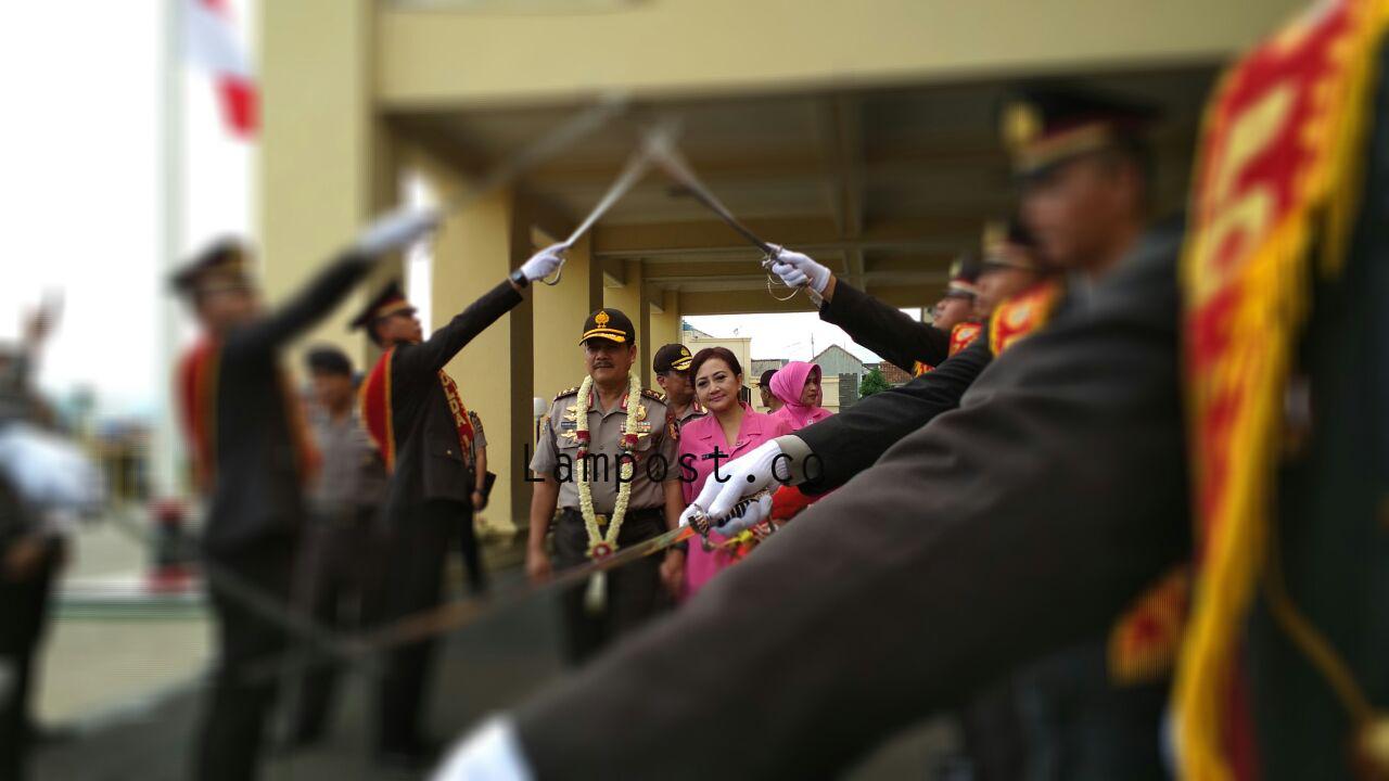 LAMPUNG POST | Upacara Pedang Pora Antarkan Irjen Suroso ke Mabes Polri