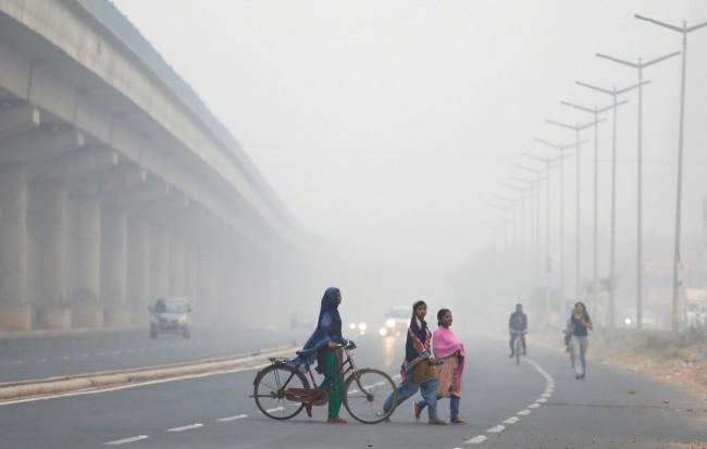 LAMPUNG POST   Kabut Asap Tebal Lumpuhkan Aktivitas di New Delhi