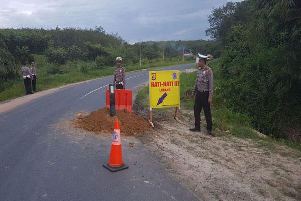 Minimalisir Kecelakaan, Satlantas Polres Tulangbawang Timbun Jalan Berlubang