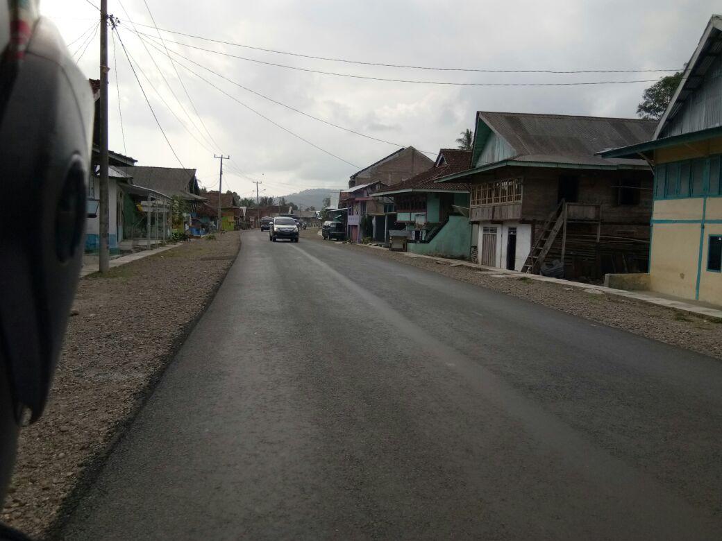 LAMPUNG POST | HUT Ke-72 RI, PT Jakon Beri Kado Jalan Mulus untuk Masyarakat Pesisir Barat