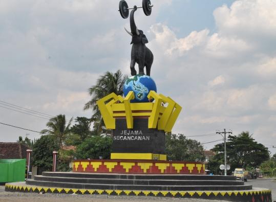 LAMPUNG POST | Tiga Kafedi Tugu Gajah Bulokarto PringsewuDitutup