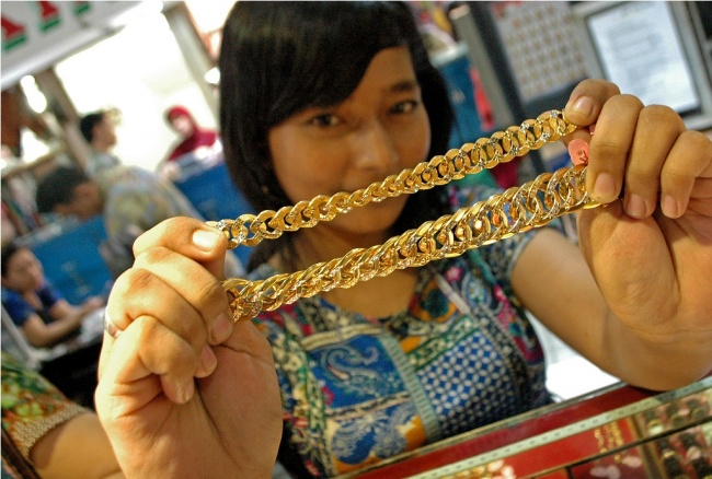 LAMPUNG POST | Harga Emas Kembali Menguat jadi Rp597.000/Gram