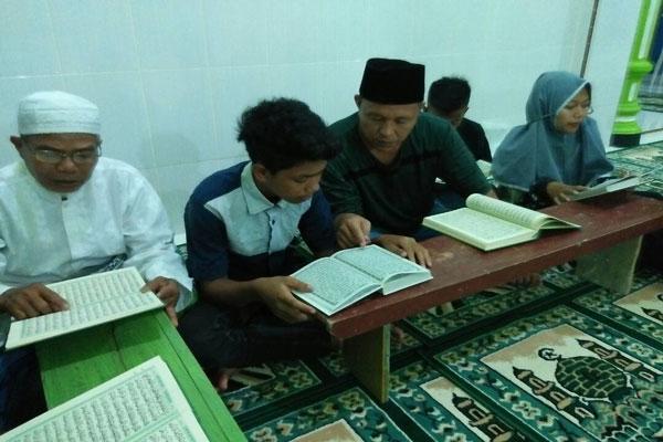 LAMPUNG POST | Bangun Semangat Baca Alquran, Mustafa Mengaji Bersama Anak-Anak