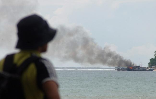LAMPUNG POST | 8 Perahu Nelayan Bantu Evakuasi Korban Kapal Terbakar