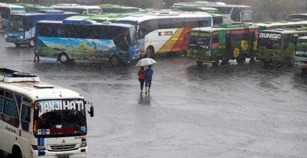 Waspada Hujan Lebat Disertai Petir dan Angin Kencang di Delapan Daerah