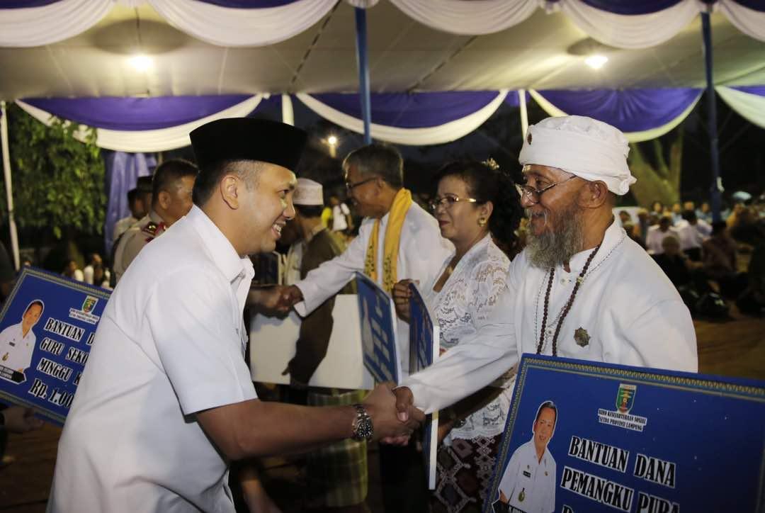 LAMPUNG POST | Gubernur Lampung Serahkan Dana Insentif Umat Beragama Lampung