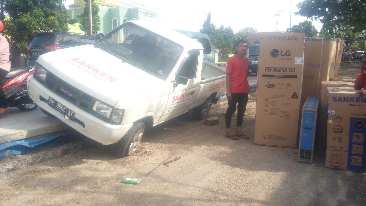 LAMPUNG POST | Sopir MengantuK, Pikap Kejeblos dari Jalan Rigid di Pramuka