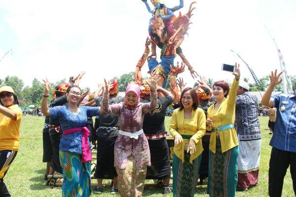 Bupati Lamtim Buka Festival Ogoh Ogoh dan Ikut Menari Khas Bali