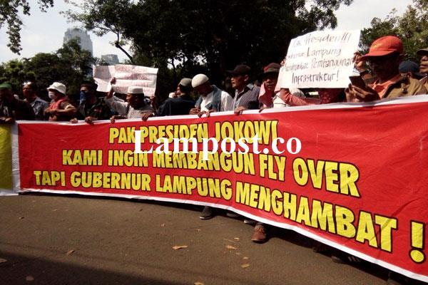 LAMPUNG POST | Ratusan Massa Tuntut Kemenpu-Pera Cabut Surat Penghentian Pembangunan Flyover MBK