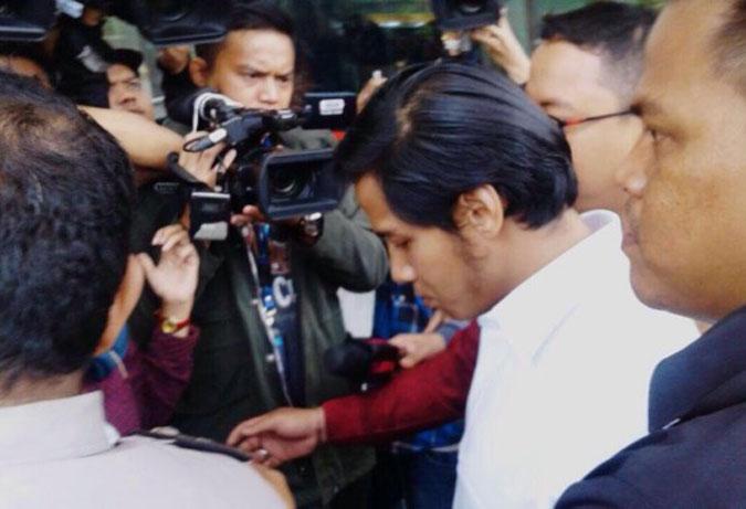 Penuhi Panggilan KPK, Putra Setya Novanto Bungkam