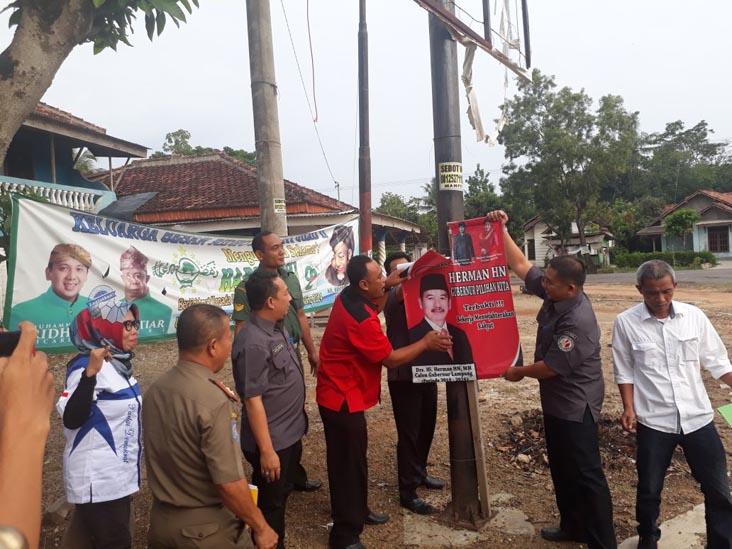 Tim Sukses Sepakat Turunkan Sendiri Alat Peraga Kampanye di Tubaba