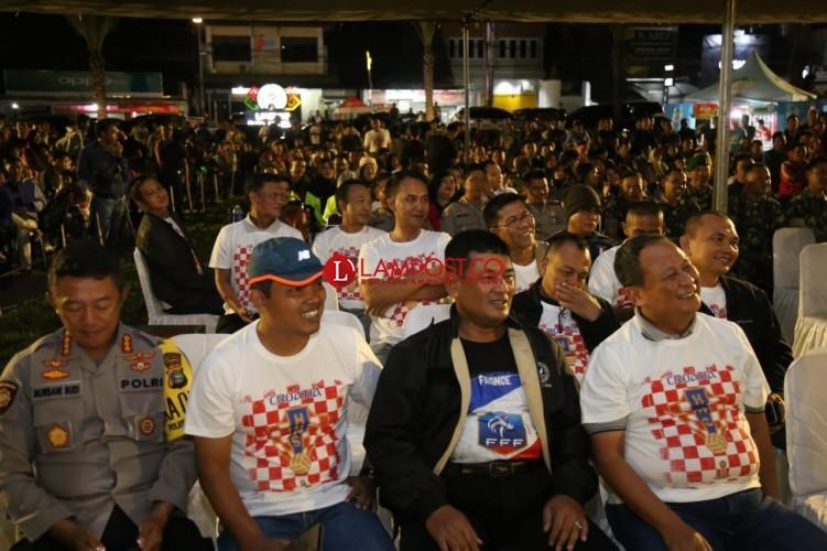 Masyarakat Padati Nobar Bola TNI-Polri di Lapangan Gajah