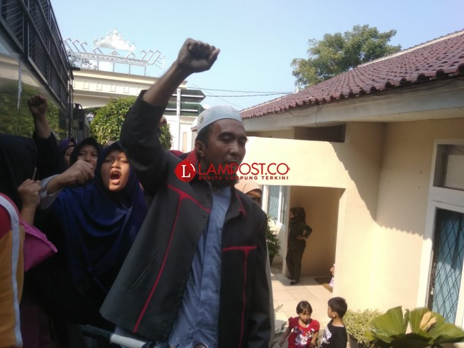 Puluhan Anak Yatim Gelar Orasi di PN Tanjungkarang, Tuntut Penilap Uang Yayasan Dihukum Setimpal