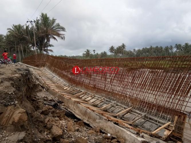 Luapan Air Rubuhkan Sebagian Benteng Beton
