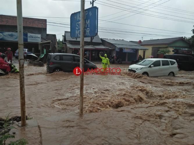Diguyur Hujan, Rangai-Tarahan Banjir