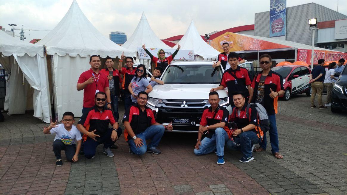 LAMPUNG POST | Komunitas Outlander Sport Jajal Mobil Listrik Mitsubishi di IIMS 2018