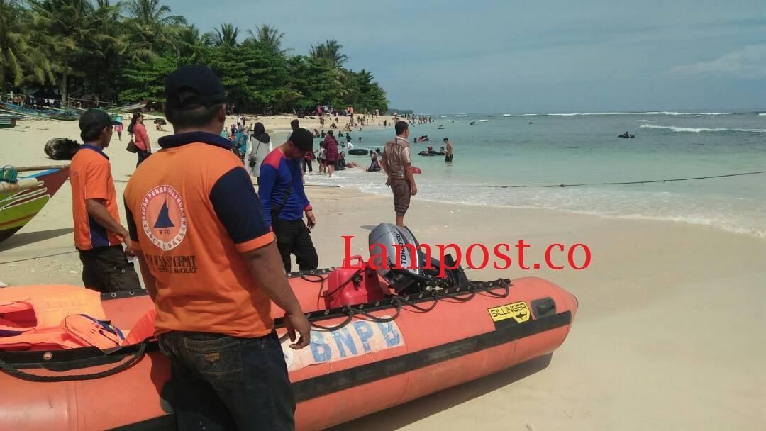 LAMPUNG POST | Ramai Pengunjung, BPBD Pesisir Barat Siaga di Pantai Krui