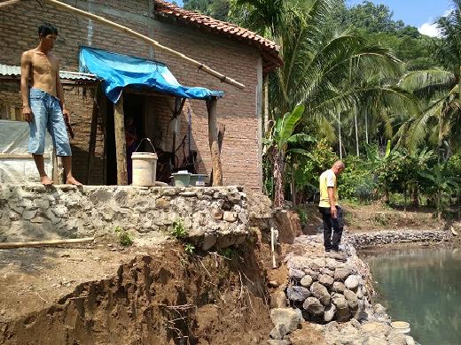 LAMPUNG POST | Pembangunan Beronjong di Sukajaya Pidada dari Dana Desa