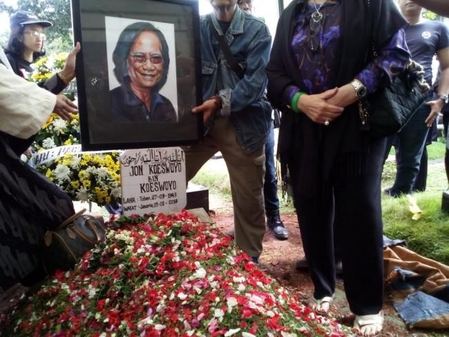 Yon Koeswoyo Dimakamkan di Sebelah Makam Orangtuanya