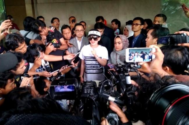 LAMPUNG POST | Polisi Belum Temukan Indikasi Syahrini Terlibat Penipuan First Travel