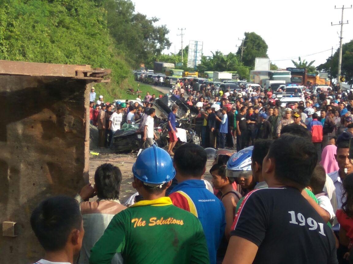 LAMPUNG POST | Kecelakaan Beruntutn di Tarahan Libatkan 8 Kendaraan