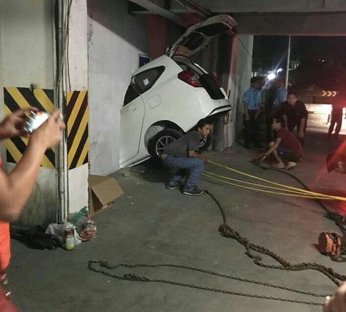LAMPUNG POST | Mobil yang Terperosok di Parkiran Mal Viral di Media Sosial