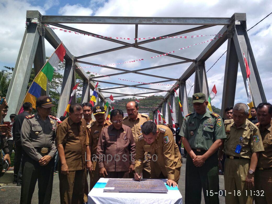LAMPUNG POST | Jembatan Penghubung Desa Trimulyo-Desa Way Urang Diresmikan
