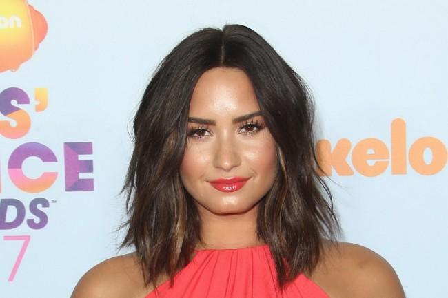 Demi Lovato Goda Bintang Superman Henry Cavill