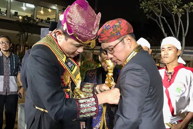 LAMPUNG POST | SPDB Edwar Syah Pernong Sematkan Lencana Emas pada Ridwan Kamil