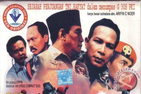 LAMPUNG POST | Warga Bataranila Saksikan Film G30S PKI