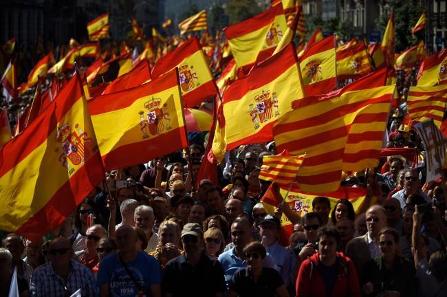 LAMPUNG POST | Tolak Kemerdekaan Catalonia, Ratusan Ribu Warga Spanyol Turun ke Jalan