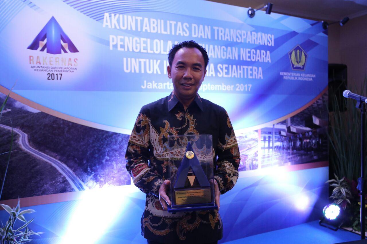 LAMPUNG POST | Pemkab Way Kanan Raih Penghargaan dari Kementerian Keuangan