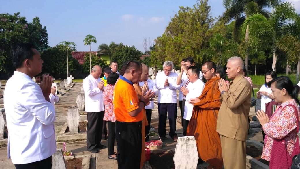 LAMPUNG POST   Sambut Waisak, Umat Buddha Gelar Doa dan Tabur Bunga di Makam Pahlawan
