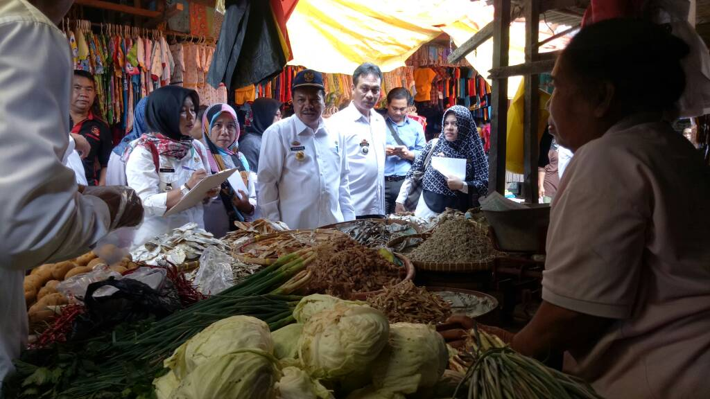 LAMPUNG POST | Sidak di Pasar Sidomulyo, Harga Bawang Putih Naik
