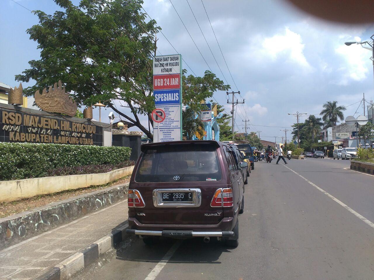 Mobil Parkir di Badan Jalan Depan RSUD Ryacudu Ganggu Pengguna Jalan
