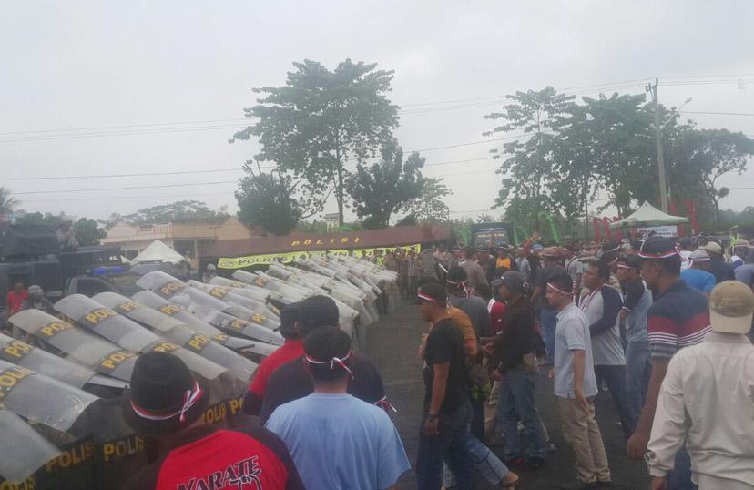 LAMPUNG POST | Ratusan Massa dan Polisi Bentrok di Lampung Timur