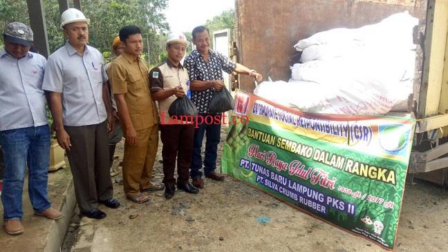 LAMPUNG POST | PT Tunas Baru Lampung Bagi Sembako ke 5 Desa