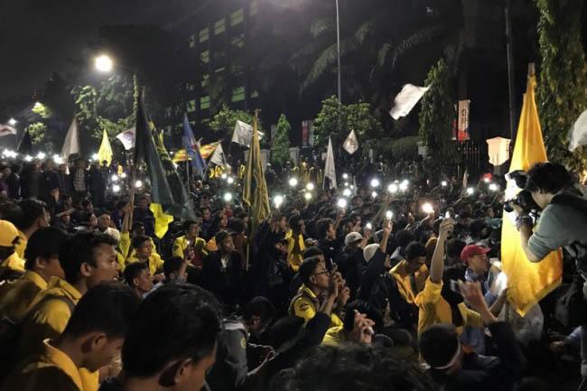 LAMPUNG POST | Bubarkan Paksa Demo Mahasiswa di Istana Semalam, Polisi Tahan 9 Orang